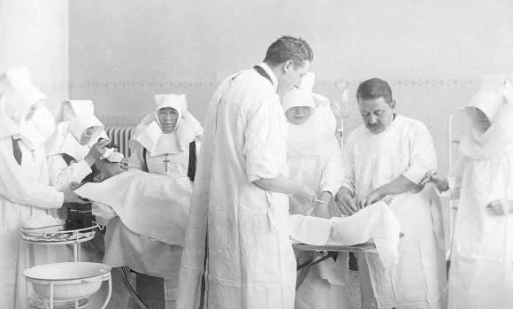 h17-sint-franciscus-gasthuis-arts-en-augustinessen-tijdens-operatie